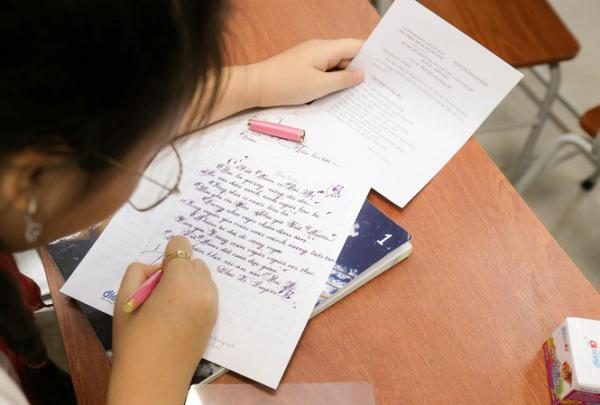 Học trò viết chữ đẹp truyền thông điệp từ trái tim tới tuyến đầu chống dịch